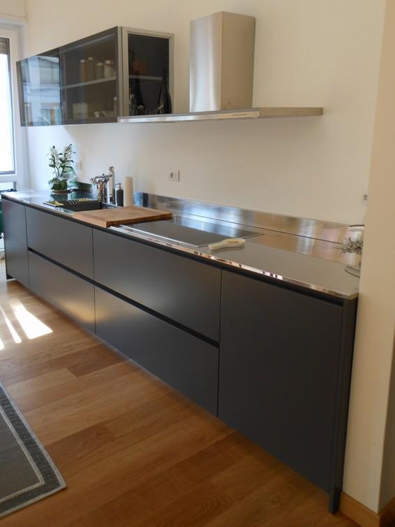 cucina laccato grigio ghisa con piano inox