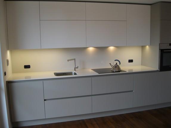 vista cucina con luci sottopensile
