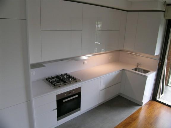 cucina con piano e schienale in quarzo