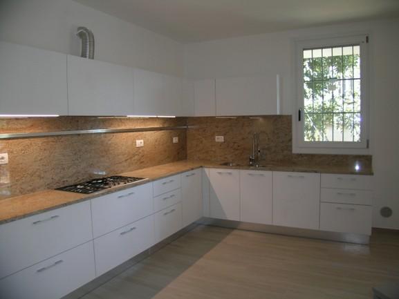 cucina bianca con piano granito