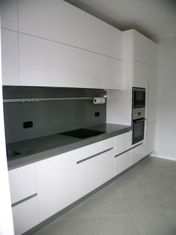 cucina bianco lucido con piano in quarzo