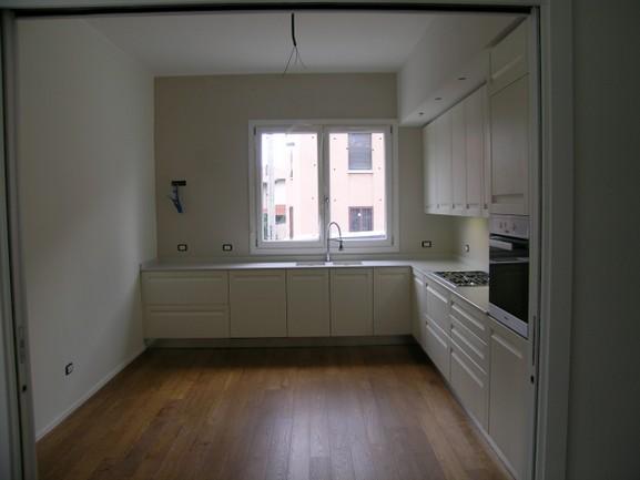 cucina rovere laccato bianco con parquet rovere spazzolato
