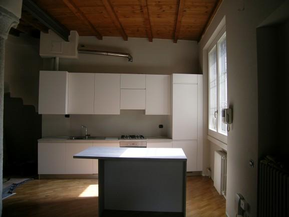 cucina con isola laccato bianco